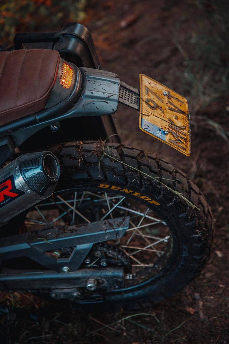 custom achterlicht royal enfield himalayan dunlop achterband aarde bos